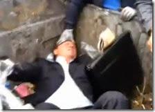 Folla inferocita butta il deputato nel cassonetto della spazzatura