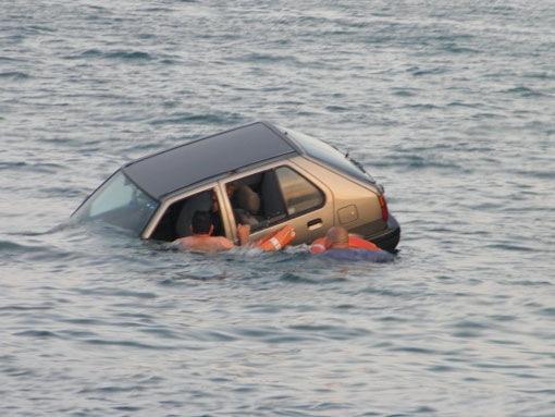 Λιμενικοί έσωσαν εγκλωβισμένο σε αυτοκίνητο που έπεσε στη θάλασσα στο λιμάνι Αργοστολίου
