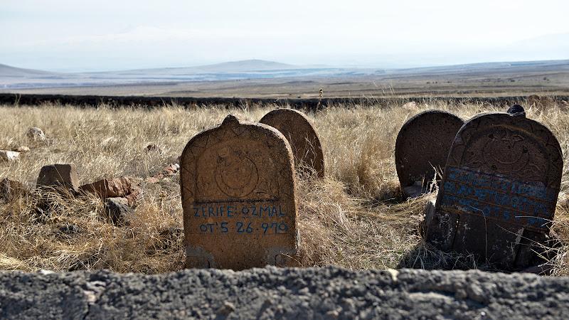 Pietre de mormant, la aproape 2000 de metri