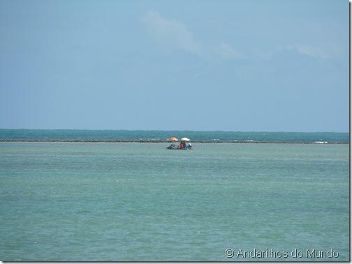 Praia do Patacho Jangadeiros trazendo turistas para o Recife de Coral