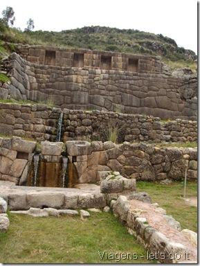 Tambomachay Santuário composto por  aquedutos e canais  talhados na pedra