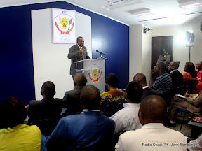 Au fond, Lambert Mende Omalanga, ministre de la Communications et médias de la RDC devant la presse ce 28/07/2011 à Kinshasa. Radio Okapi/ Ph. John Bompengo