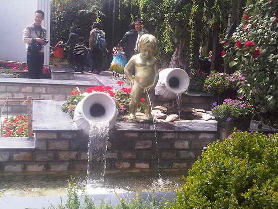 Tribute-To-Peeing-Statues-81