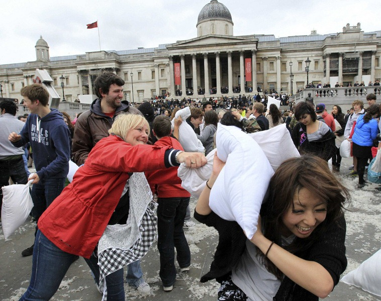 pillow-fight-2012-6