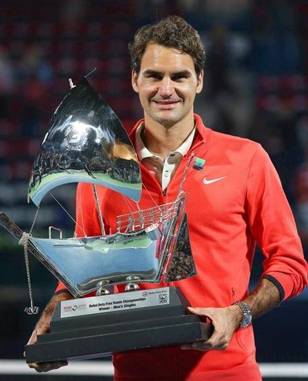 Federer exhibiendo el trofeo de campeón del ATP de Dubai 2014