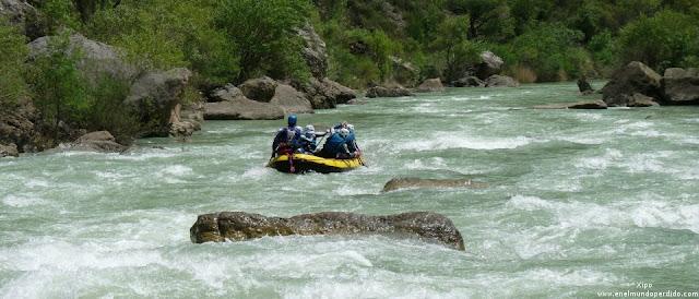 barca-descendiendo-por-el-rio-gallego.jpg