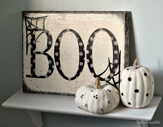 10 minute Halloween 'BOO' sign with painted pumpkins