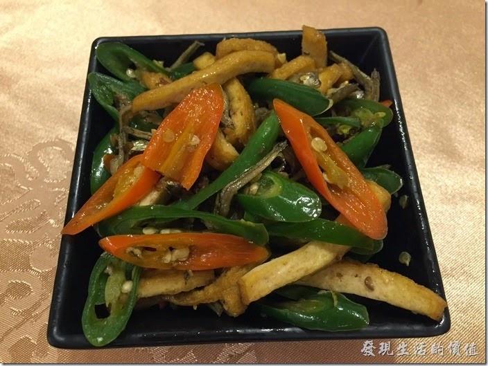 台北南港-北大莊川味館。小菜─小魚乾辣炒豆干,NT$40。個人很喜歡吃豆干,但這裡的豆干咬起來沒什麼味道,小魚乾也沒什麼香氣,跟其他餐廳的有段差距,青辣椒倒是挺辣的。