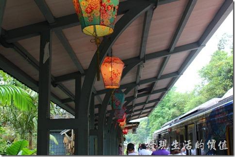 平溪車站的月台上也掛滿了天燈造型的吊燈,這在晚上看起來應該會格外漂亮吧!