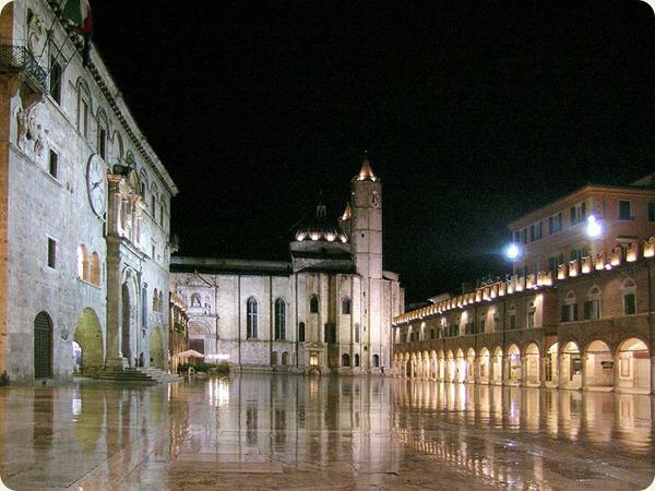 Marche_Piazza_del_popolo_di_notte_-_Ascoli_Piceno