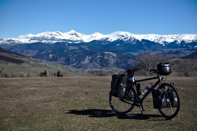 Ii sta chiar bine bicicletei intre munti.