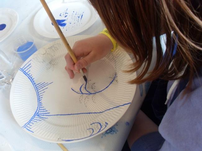 Emilie maler koncentreret og med tungen lige i munden