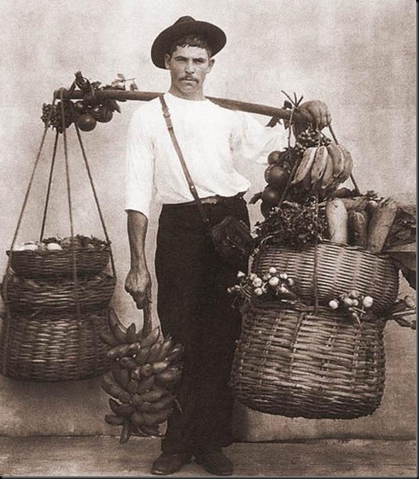 Vendedor ambulante de frutas e verduras - c. 1895