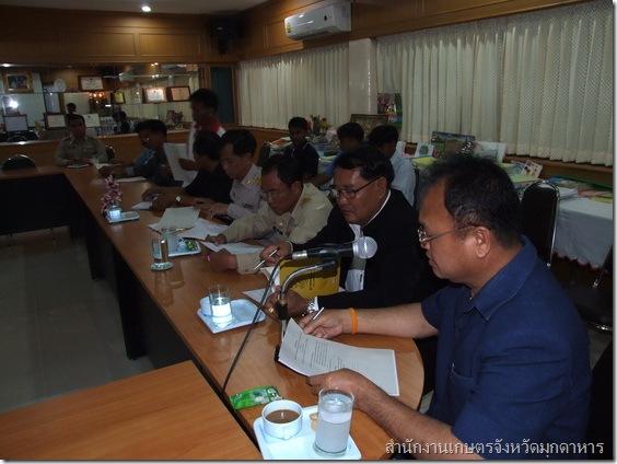 นายร่มไม้ นวลตา เกษตรจังหวัดมุกดาหาร (ขวาสุด) ร่วมประชุมเตรียมการจัดงานโครงการคลินิกเกษตรเคลื่อนที่ฯ