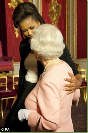mo hugs queen2