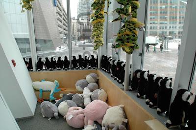 外を眺めるペンギンの群れ