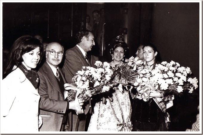 1974 La ultima embajada falleraValencia.- Estación del Norte.- 15-03-1974. Recepción a la embajada de Zaragoza.- Foto Pérez Aparisi.