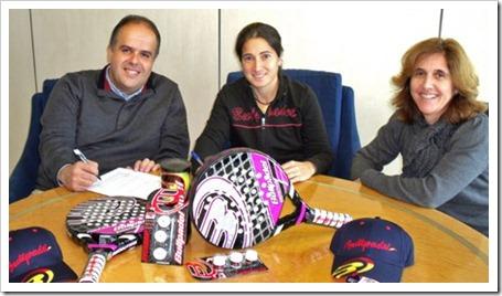 De izq. a dcha., Alfredo Peñalver, Director General de Aguirre y Cia, Icíar Montes y la compañera del Bullpadel Team, Araceli Monter, en el momento de la firma