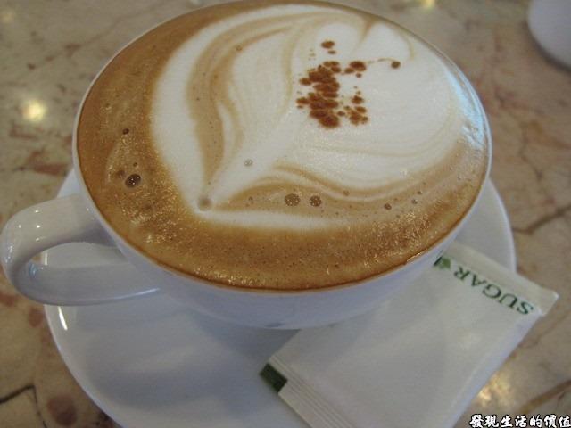 台南Halhali哈拉里咖啡專櫃中正店-卡布其諾咖啡,忘了從什麼時候我就改成喝卡布其諾,原本都是喝拿鐵,因為不太喜歡奶味太重的咖啡。這裡的咖啡有種說不出的香醇味道,而且不用加糖就很好喝,建議你喝的時候先不加糖試看看。