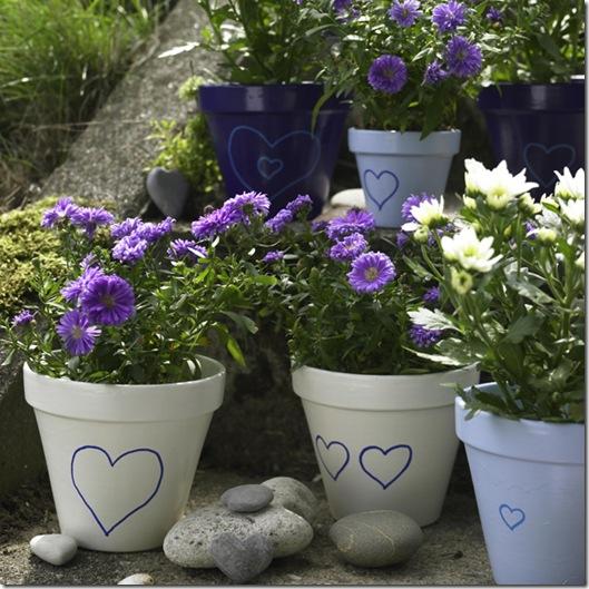 Töpfe in den schönsten Tönen: Königsblau, Himmelblau und Elfenbeinweiß ? Lackfarben und aufgemalte Herzen verwandeln schlichte Ton-Blumentöpfe in Schmuckstücke