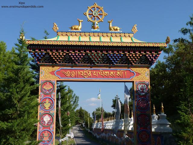 puerta-de-entrada-al-monasterio-budista-panillo.JPG