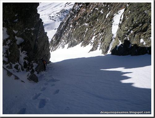 Canal Central SO 200m 50º con esquis (Pico de la Montañeta 2552m, Benasque, Pirineos) (Isra) 3344