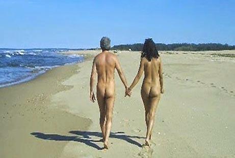 Nudismo coppia in spiaggia deserta selvaggia