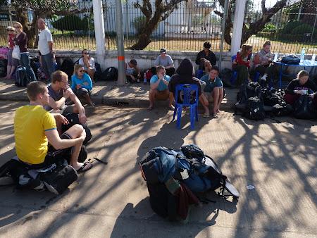 Autogara Vientiane: asteptand autobuzul de Vang Vieng