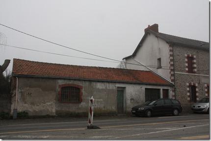 Annexe de l'auberge d'Alexis Jahan à la Poste de Gesvres qui  accueillait les premières séances du cinéma paroissial. Le local servit aussi de jeu de boules et même de classe provisoire en attendant la construction de la mairie-école (1911-1912)