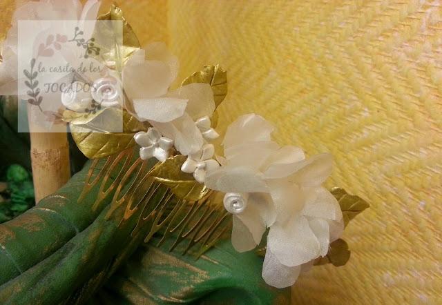 peineta artesanal de novia en dorado, blanco y blanco perla con porcelana y seda