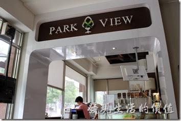 台南-綠帕克咖啡館。一樓櫃台及廚房前的景象。