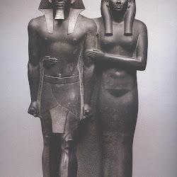 38 - El faraon Mikerinos y su esposa
