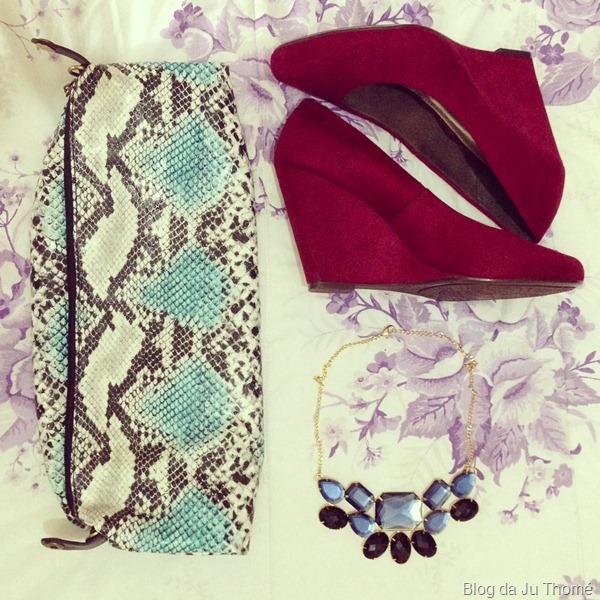 look calça burgundy, blusa listrada, sapato vermelho, clutch estampa de cobra e maxi colar renner (1)