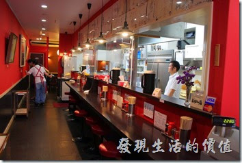 日本九州在地的好味道【熊本拉麵 こむらさき本店】。「熊本拉麵こむらさき本店」店內吧台的環境,還有透明的廚房。