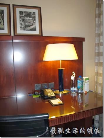 上海-齊魯萬怡大酒店。客房內的書桌。