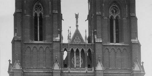 Ängeln Mikael stående mellan tornen, 1893