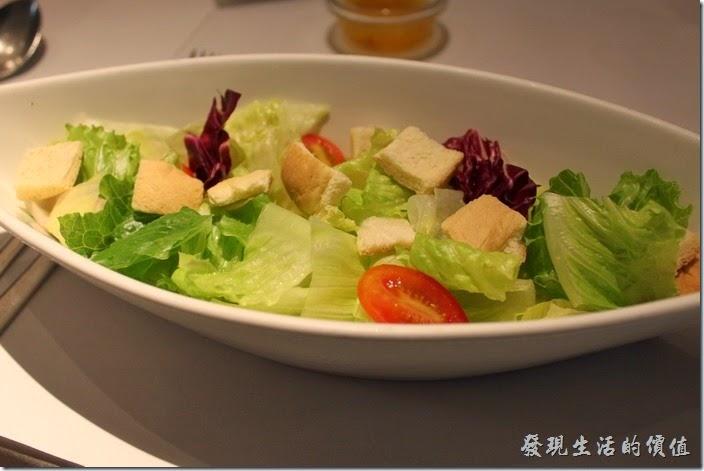 台南-西堤(Tasty)民族店。沙拉-蘿美+美生菜沙拉。沙拉的蔬菜都還蠻新先的,有油醋及凱薩兩種醬汁可以選擇。