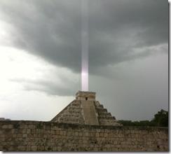 Луч света из пирамиды майя