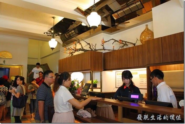 台南-林百貨重新開幕。電梯門口永遠有一堆人在排隊,不過這次由於有入館人數管制,所以排隊的人潮沒有想像的多。