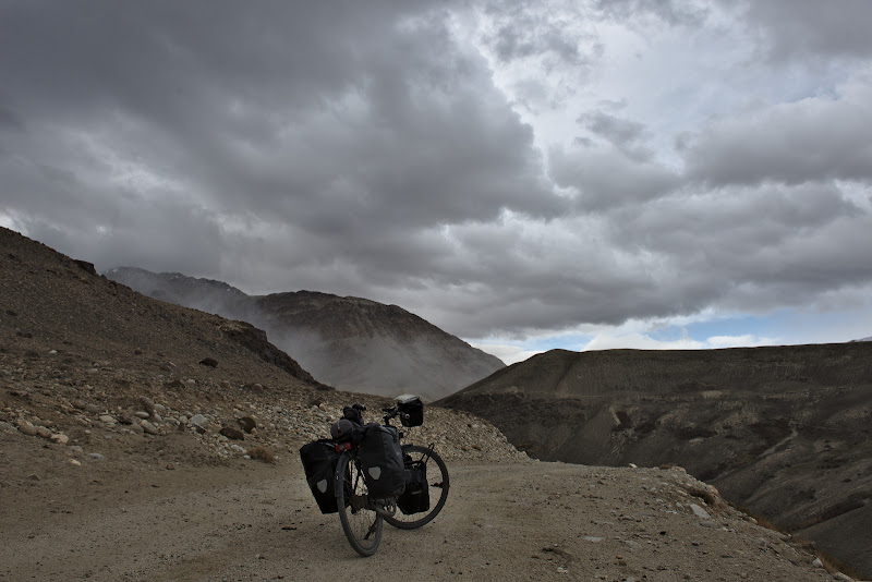 Si in primul plan se vede zapada si aerul rece coborand de pe varful muntelui.