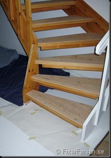 Maskera golv under trappa före målning