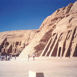 28 - Vista del Speo de Ramses II y el pequeño speo de la reina Nefertari en Abu Simbel