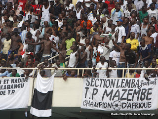 Les supporters de DCMP soutiennent la victoire de TP. Mazembe le 29/09/2011 au stade des Martyrs  Kinshasa. Radio Okapi/ Ph. John Bompengo