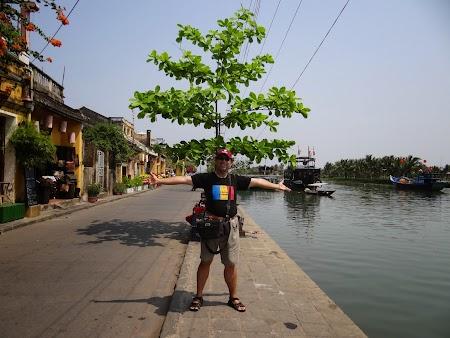 05. Pe malul raului in Hoian.JPG