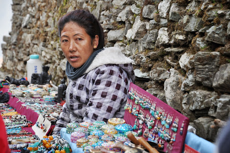 Trekking in Himalaya: Tarabe cu suveniruri din Nepal
