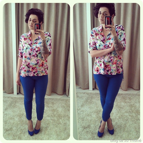 look calça azul camisa floral sapato azul