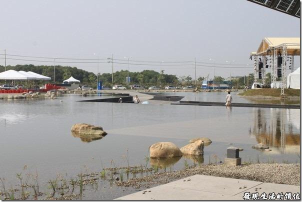 台南-台灣歷史博物館。「雲天廣場水舞台」,中間有一條水陸耶,遠遠地看走這這條路上就像是走在水面上呢。