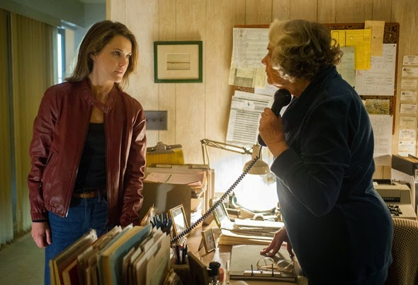 "THE AMERICANS -- ""Do Mail Robots Dream of Electric Sheep"" Episode 309 (Airs Wednesday, March 25, 10:00 PM e/p) Pictured: (L-R) Keri Russell as Elizabeth Jennings, Lois Smith as Betty. CR: Jeffrey Neira/FX"