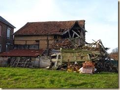 Klein-Gelmen, hoek Steenweg met Schepenbank: een schuur in verval. In augustus 2009 was het gebouw nog intact