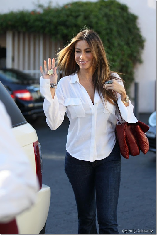 sofia-vergara-white-shirt-8